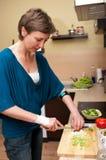 Het koken van de vrouw royalty-vrije stock afbeeldingen