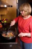Het koken van de vrouw. Stock Foto