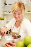 Het koken van de vrouw Royalty-vrije Stock Foto