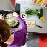 Het koken van de vrouw Stock Afbeelding