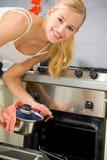 Het koken van de vrouw bij keuken Stock Afbeeldingen