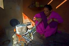 Het koken van de vrouw in de keuken Stock Foto's