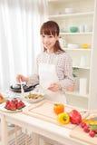 Het koken van de vrouw in keuken Royalty-vrije Stock Foto
