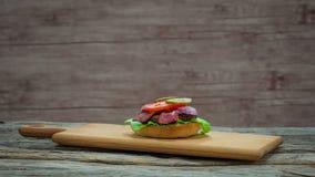 Het koken van een hamburger stock videobeelden