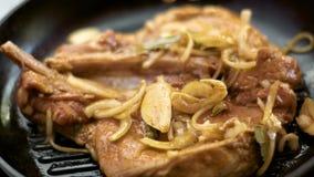 Het koken van een lapje vlees in pan stock video