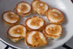 Het koken van eigengemaakte pannekoeken fritters Royalty-vrije Stock Foto's