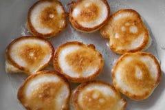 Het koken van eigengemaakte pannekoeken fritters Stock Fotografie