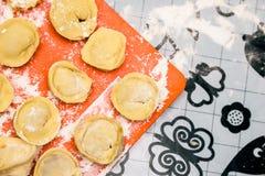 Het koken van eigengemaakte ravioli op de lijst, floured Royalty-vrije Stock Afbeeldingen