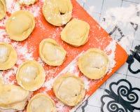 Het koken van eigengemaakte ravioli op de lijst, floured Royalty-vrije Stock Fotografie