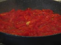 Het koken van eigengemaakte tomatensaus die verse de zomertomaten, ui en knoflook gebruiken Italiaans recept Royalty-vrije Stock Foto's