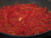 Het koken van eigengemaakte tomatensaus die verse de zomertomaten, ui en knoflook gebruiken Italiaans recept Stock Foto's