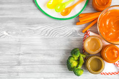 Het koken van fijngestampte wortelen voor baby op houten hoogste mening als achtergrond Stock Fotografie