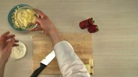 Het koken van fruitsalade De mening van de eerste-persoon stock video