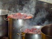 het koken van Galicische octopus voor pelgrims stock foto's