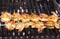 Het koken van garnalen op de grill Stock Foto's