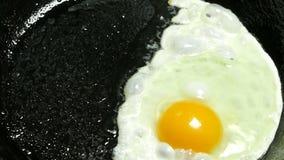 Het koken van gebraden eieren in plantaardige olie