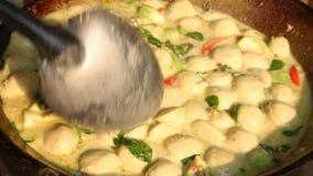 Het koken van Groene kerrie met vleesbal, Thais voedsel stock videobeelden