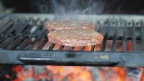 Het koken van hamburger Rundvlees of varkensvleeskotelet die op net roosteren Langzame Motie stock video