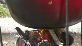Het koken van heerlijk voedsel in een grote ketel stock video