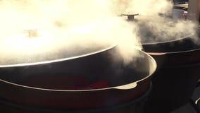 Het koken van heerlijk voedsel in een grote ketel stock videobeelden