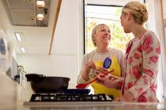 Het koken van het mamma en van de dochter in huiskeuken stock foto