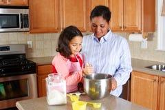 Het Koken van het meisje en van de Moeder Royalty-vrije Stock Foto's