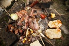 Het koken van het spit op de grill. Stock Foto's