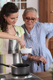 Het koken van Homecare voor hogere vrouw Stock Foto's