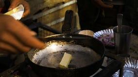 Het koken van Indisch straatvoedsel stock video