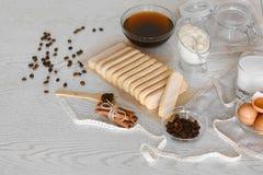 Het koken van Italiaans Dessert met koffie en mascarponekaas Tiramisu en alle noodzakelijke voedselingrediënten en werktuigen Sta royalty-vrije stock afbeeldingen