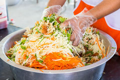 Het koken van Knapperige Vissenkrop in Kruidige Salade Royalty-vrije Stock Afbeeldingen