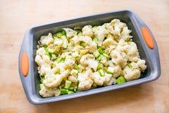 Het koken van plantaardige braadpan van bloemkool en courgette binnen stock fotografie