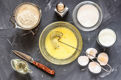 Het koken van Russische schotelspannekoeken: eieren, melk, bloem, boter, zout stock afbeeldingen