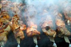 Het koken van smakelijke BARBECUE in openlucht, close-up stock foto