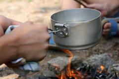 Het koken van thee Stock Foto's