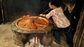 Het koken van traditioneel voedsel van rijst, bruine suiker & melkkokosnoot royalty-vrije stock foto's