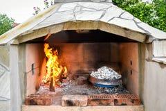 Het koken van traditionele Balkan Griekse Mediterrane Kroatische maaltijd Stock Afbeeldingen