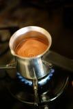 Het koken van Turkse koffie in pot Stock Foto