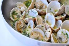 Het koken van tweekleppige schelpdieren met witte saus stock foto