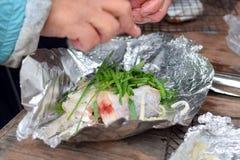 Het koken van verse vissen met groen uienclose-up royalty-vrije stock afbeeldingen