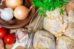 Het koken van vleeskwartels in de oven Gehele kwartelsmarinovani in kruiden met uien en mosterd Versier met verse aardappels en p stock fotografie