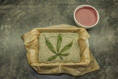 Het koken van het zaadcake van de marihuanapapaver met chocolade royalty-vrije stock foto's