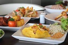 Het koken Verscheidenheid van voedsel in restaurant Royalty-vrije Stock Afbeeldingen
