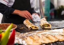 Het koken zalmkebab Royalty-vrije Stock Foto's