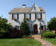 Het Koloniale Huis van twee Verhaal Stock Foto