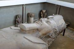 Het kolossale kalksteenhoofd van Farao Ramesses ll in Egypte stock afbeelding