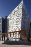 Het kolossale Museum in het zijaanzicht van Belfast en corten knipselembleem Stock Foto's
