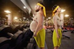 Het komische buitenissige grappige vet en bemant dun in gymnastiek royalty-vrije stock afbeelding