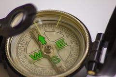 Het kompas een waardevol instrument eens om te navigeren, het wijst op de manier, de richting een kompas voor het leven zou verei stock afbeelding