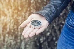 Het kompas ligt op de hand van het meisje Richting van horizon royalty-vrije stock afbeelding